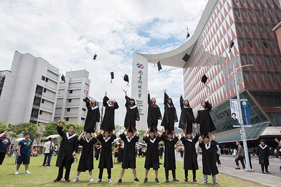 08南臺科技大學應屆畢業生啦啦隊合影留念。.jpg
