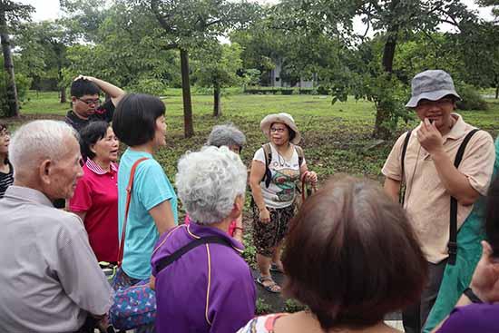 04荒野保護協會分會長黃嘉隆老師帶領學員認識綠廊道裡的植物。.jpg